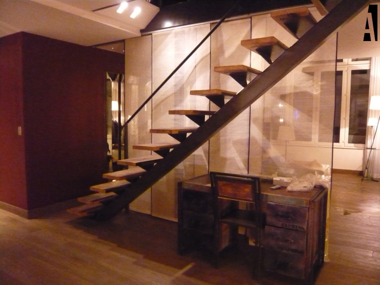 escalier métallique de style industriel avec des marches en bois, bureau industriel et rideaux japonais